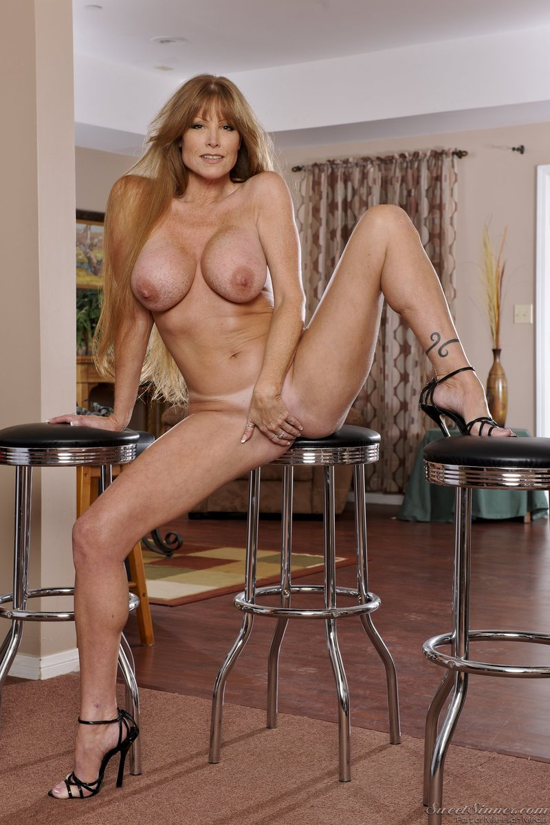 4 pic. Happy #MILFMonday, everyone! #DarlaCrane #SweetSinner #TanLines #HighHeels AEJ9U