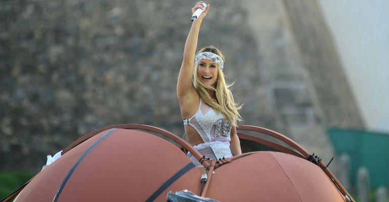 Canta. Foto do site da Contigo que mostra .@ClaudiaLeitte inova e canta dentro de bola de basquete