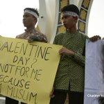 Varias ciudades de Indonesia prohíben festejar el día de los enamorados
