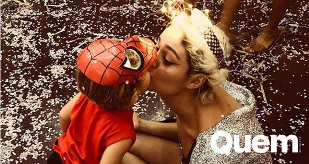 Curte Carnaval. Foto do site da Quem Acontece que mostra Sophie Charlotte curte fim do Carnaval com o filho, Otto.