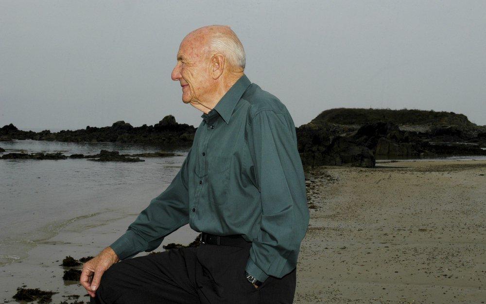 Death of a distinguished Second World War pilot (99)
