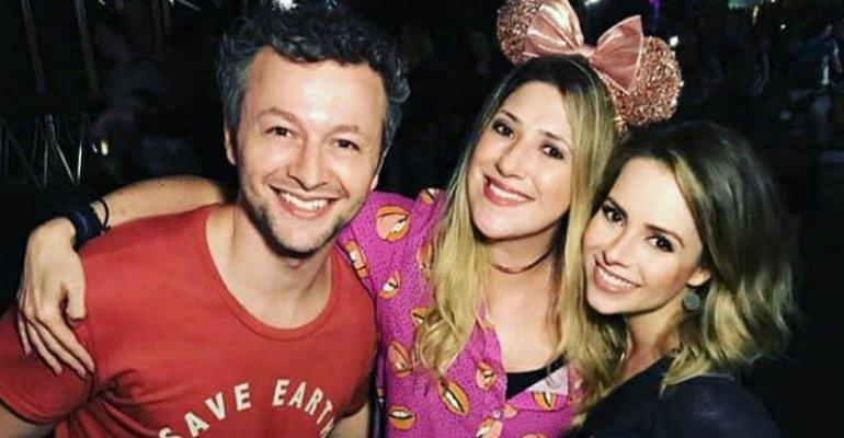 Dani Calabresa. Foto do site da Caras Brasil que mostra Dani Calabresa tieta Sandy na Disney: Família mais do amor