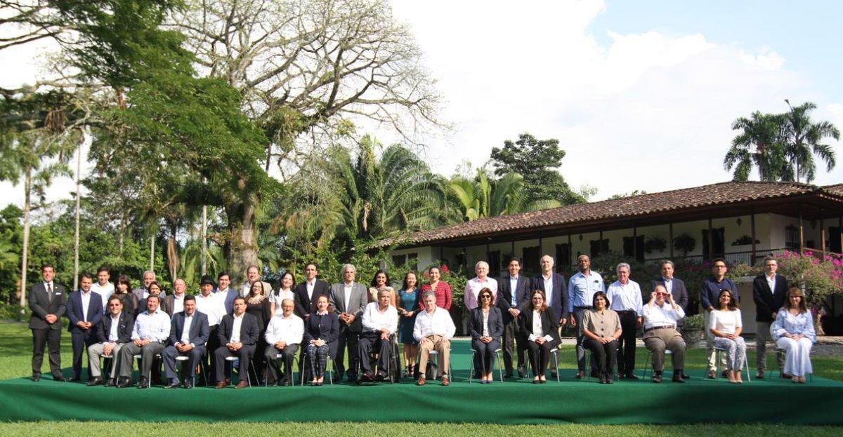 RT @Presidencia_Ec: FOTO OFICIAL   VI Gabinete Binacional Colombia - Ecuador 2018   #EncuentroColombiaEcuador 🇨🇴🇪🇨 https://t.co/rVokvecDRa