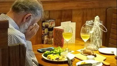 Heartbreaking photo shows man taking wife's ashes to Valentine's Day lunch
