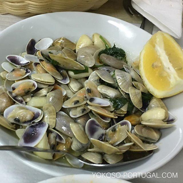 test ツイッターメディア - ポルトガル南部、アルガルベ地方を訪れたら食べてみて下さい。薄紫色のキレイな二枚貝Conquilhas。ガーリックが効いたダシが染み出したオリーブオイルはパンにつけて頂きます。 #ポルトガル料理 #アルガルベ https://t.co/uhZy7bWp5N
