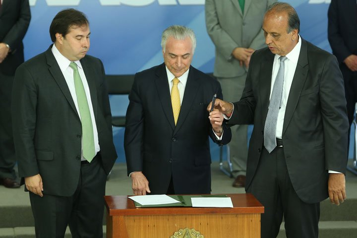@BroadcastImagem: Temer entre Maia e Pezão durante assinatura de decreto para intervenção federal no Rio. André Dusek/Estadão