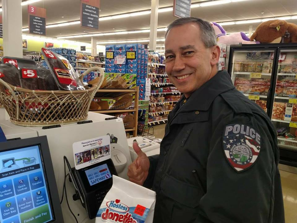 Chief Brian Asmus of the Liberty Lake Police Department took time out of his busy day to #ShopForSOWA and pick up his favorite treat at Safeway. You can join him and donate to #SpecialOlympics when you check out at your local @Safeway or @Albertsons store, through tomorrow. https://t.co/7It2Oe2Gue