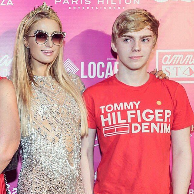 <3<3<3<3 What a fun picture. Yay, Happy Birthday Paris Hilton!!!!