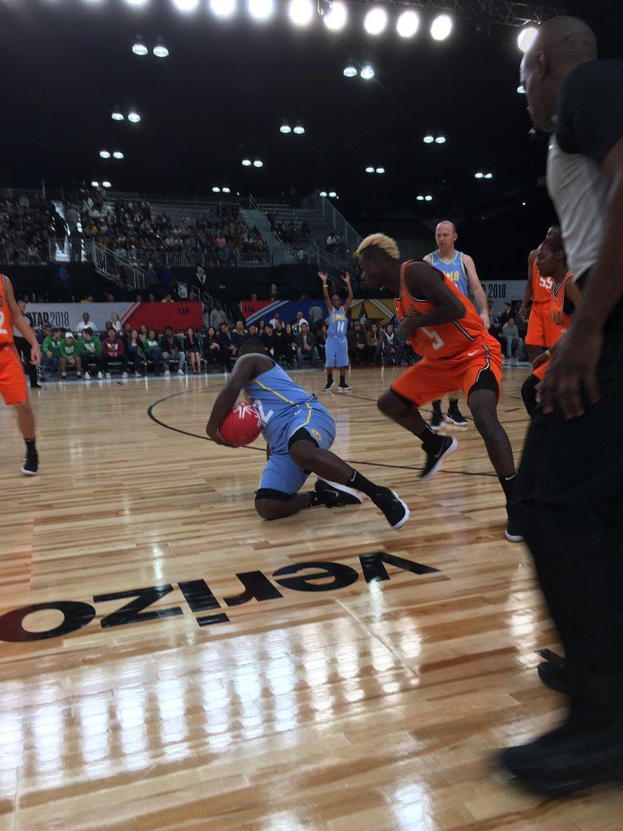 Phillipo making Thomas work! #NBAAllStar #PlayUnified https://t.co/x2Q5MhN9SB