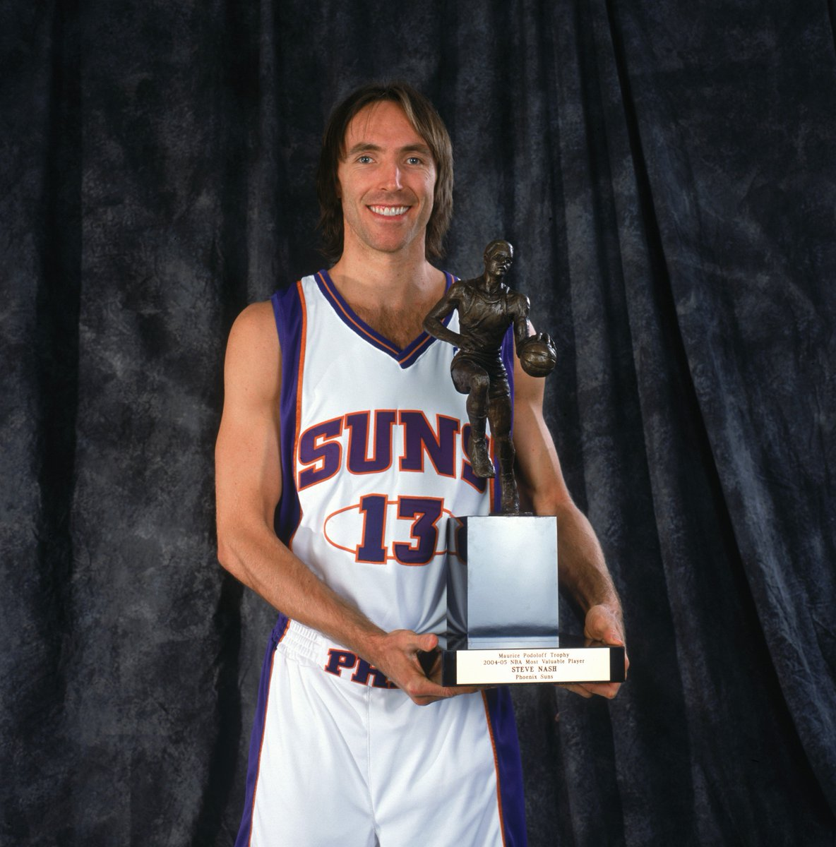 Congrats to @SteveNash, named one of the @Hoophall finalists for the Class of 2018; a two-time @NBA MVP winner (2005, 2006), Nash was the catalyst for the celebrated/uptempo @Suns teams (7 seconds or less) that infused the game. @Hoophall inductees will be announced on March 31. https://t.co/ERR9PesBo1