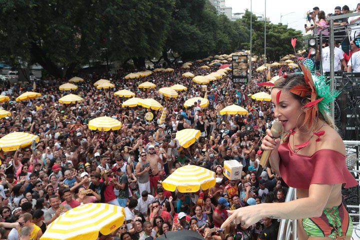 @BroadcastImagem: Claudia Leitte puxa o bloco Largadinho na Av. 23 de Maio, em SP. Daniel Teixeira/Estadão.