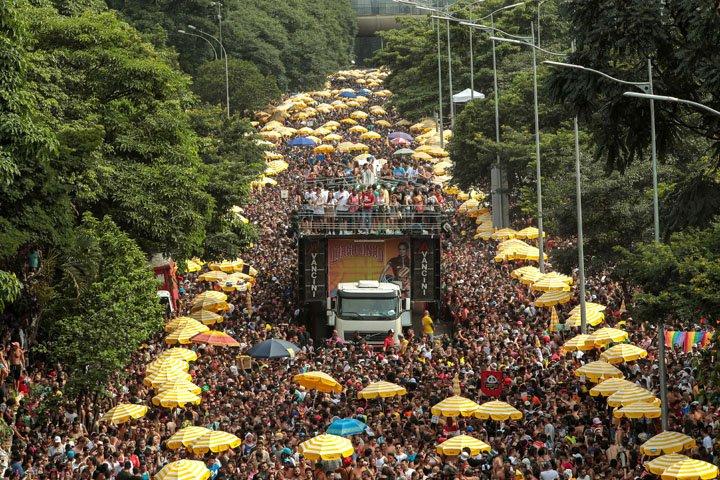 @BroadcastImagem: Multidão segue o bloco