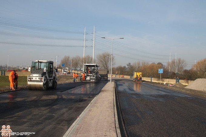 Den Hoorn- De Zuidhoornseweg is aangesloten op de Woudseweg en wordt nu geasfalteerd. https://t.co/lCSs1QKFSY