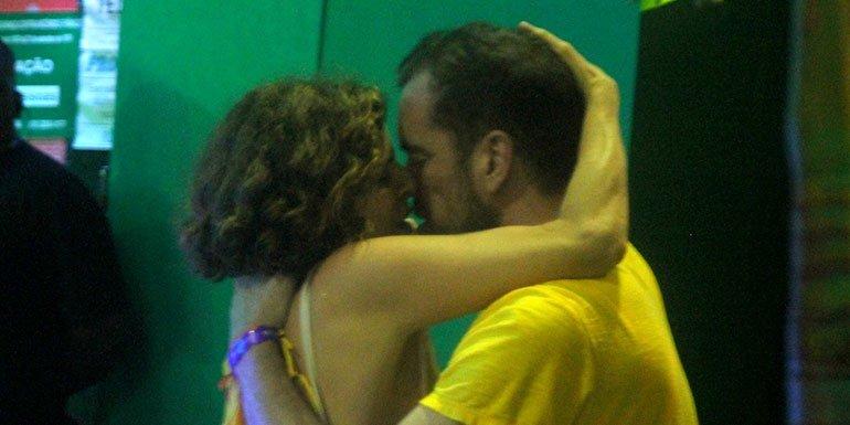 Debora Bloch. Foto do site da Caras Brasil que mostra Sempre discreta, Debora Bloch troca beijos quentes na Sapucaí