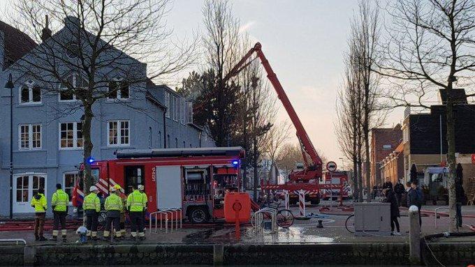 Maassluis.. weinig rookontwikkeling meer bij grote brand. Brand trok veel kijkers. https://t.co/KfZgkcSSa4