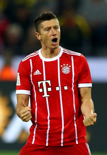 """Robert Lewandowski: """"At the moment, I'm not thinking about [speculation]. I'm a Bayern player and I want to give everything here. For me that's the priority"""" [kicker] https://t.co/gLlNwpB81D"""