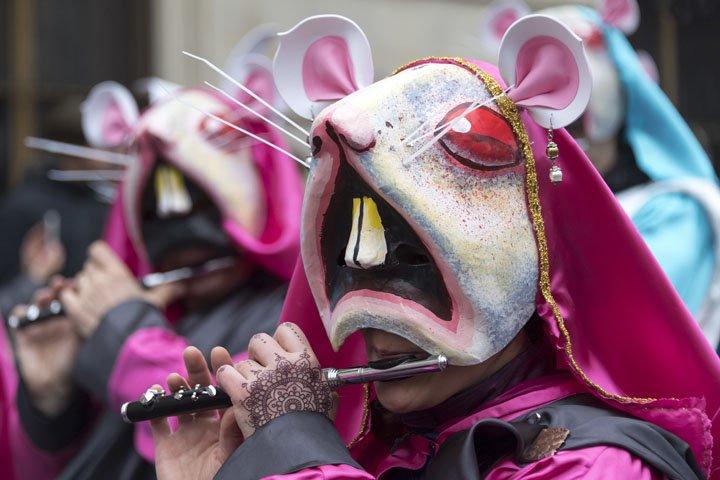 @BroadcastImagem: Foliões participam de parada de carnaval em Basel, na Suíça. Georgios Kefalas/AP
