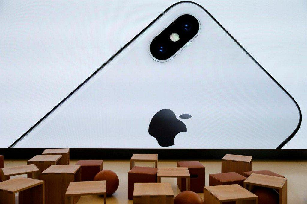 Samsung Electronics to slash OLED panel production as iPhone X