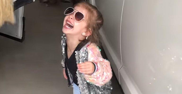 Canta. Foto do site da Caras Brasil que mostra Valentina canta Pabllo Vittar: Tô preparada pra atacar