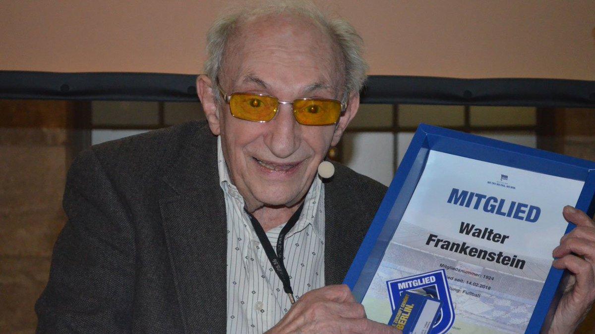 Seit 1936 ist Walter Frankenstein Hertha-Fan. Er überlebte die Nazis und feierte nun eine Premiere: Der 93-Jährige erlebte seine Blau-Weißen live im @Oly_Berlin! Die ganze Geschichte: https://t.co/2QyATcclFJ … #BSCM05 #hahohe https://t.co/DZ7VCIPgQN