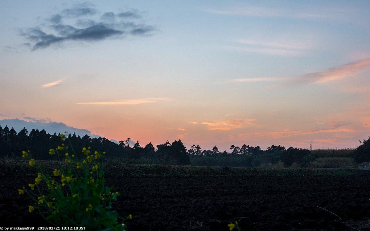 今日の夕暮れとお月様。2月21日 18:12,18:13 天候不良と私事で久々の夕景です。雨~曇の天候は、やっと夕方に空が見えました。月齢5.51, 輝面比29.0%, 高度59°, 方位229° #夕暮れ #空 #月 #Moon https://t.co/rXsJ8xtfqi