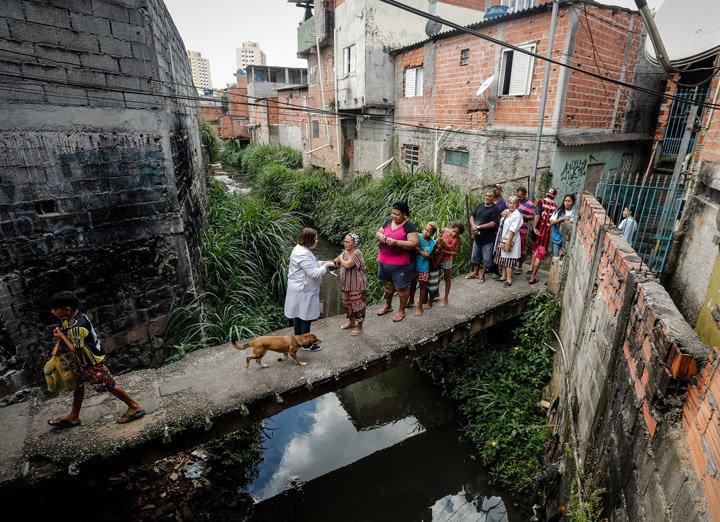 @BroadcastImagem: Agentes visitam Pirituba, na zona norte de SP, para vacinar moradores contra a febre amarela. Felipe Rau/Estadão