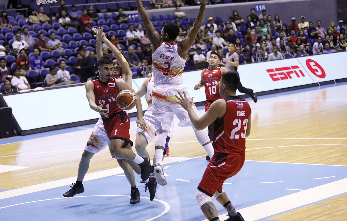 PBA: Blackwater Elite (5-6) stay in playoff hunt after defeating Phoenix Fuel Masters (4-6), 83-78.  Mike DiGregorio, Mac Belo, and Raymar Jose each scored 14 points for the Elite.  Jason Perkins led the Fuel Masters with 17 points and 6 rebounds | @cjmarquez_ https://t.co/CRwo87m0Ik