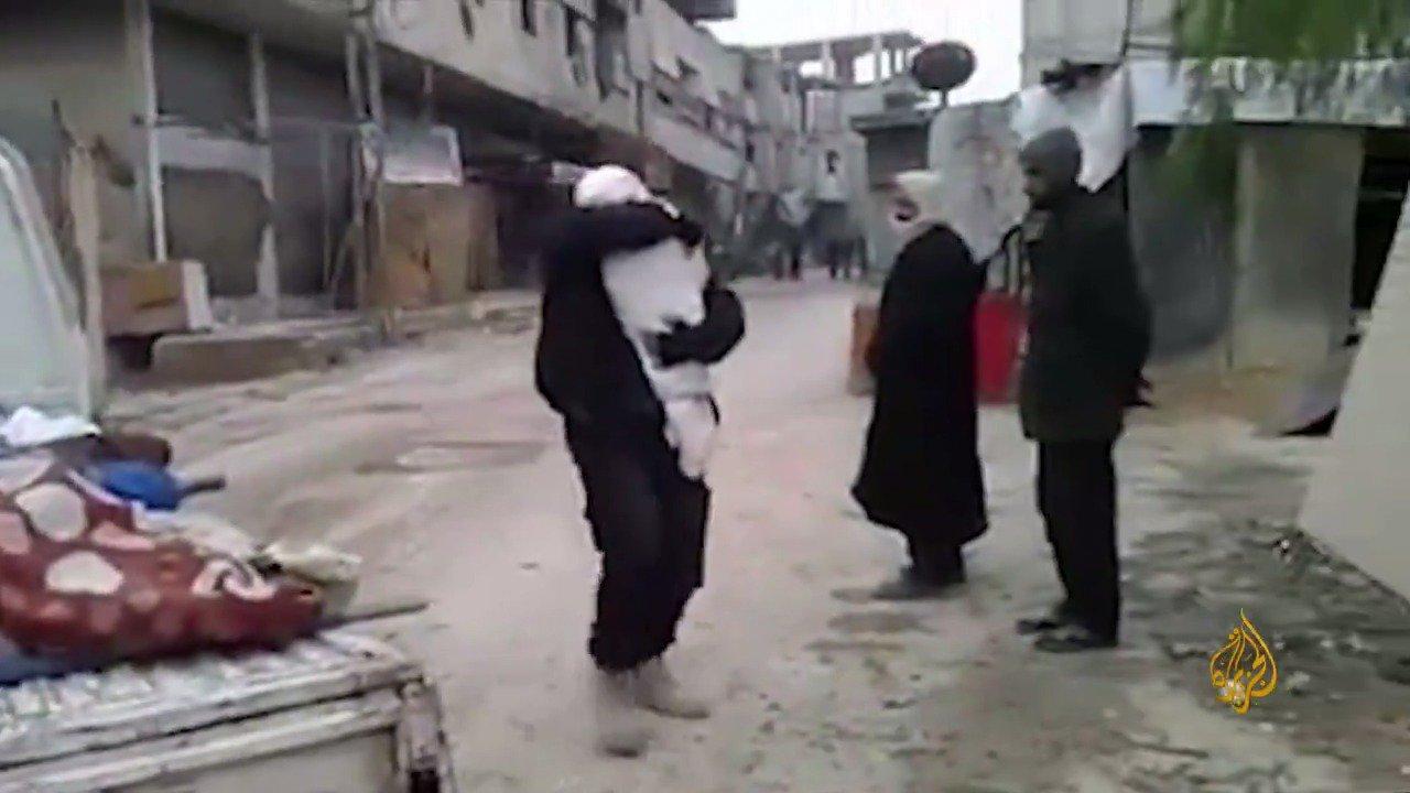 مشهد مؤلم يحرم منه الكثيرون في #الغوطة_الشرقية.. أب يودع ابنه في الثوان الأخيرة من عمره https://t.co/VfEwbhF0Ew