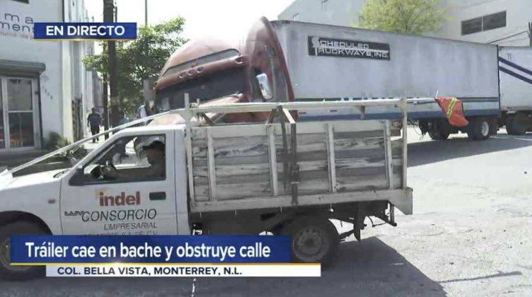 EN DIRECTO:  #TelediarioMediodía Tráiler cae en bache y obstruye calle en Col. Bella Vista, #Monterrey |Vía: @sandragonzalezc  ▶ https://t.co/bGkoZIKque https://t.co/rwrT2s2jng