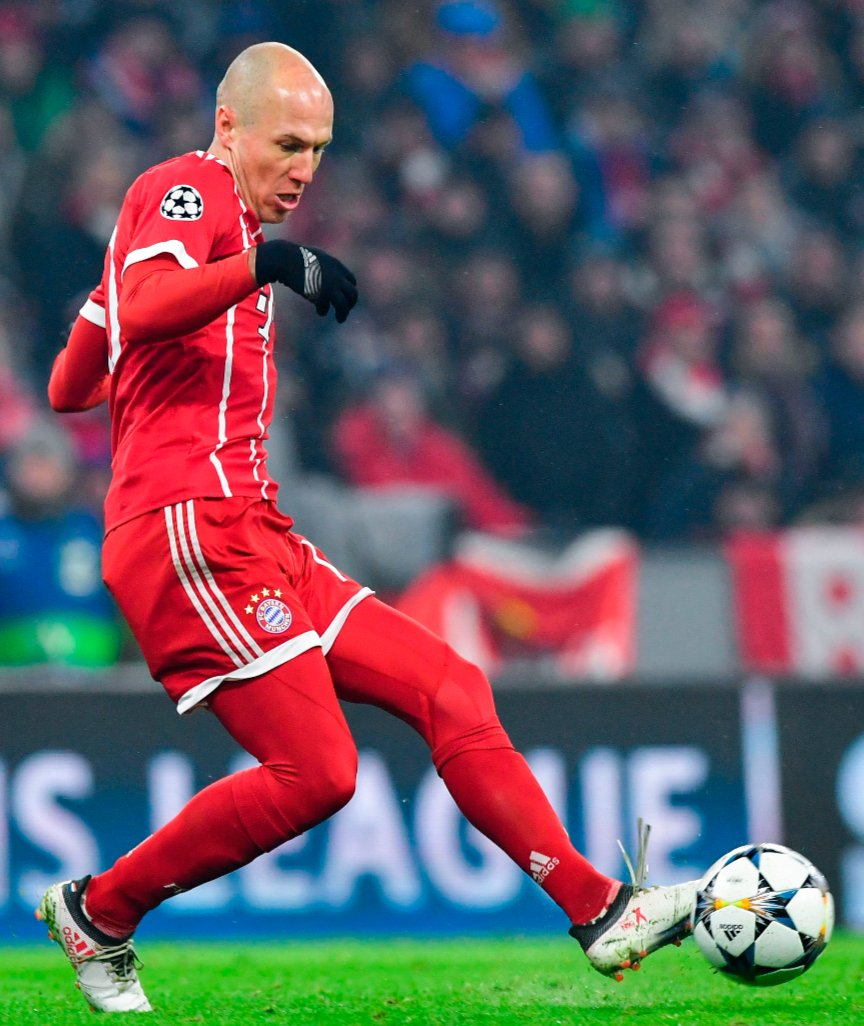 Bild | Arjen Robben wants to stay at Bayern. What speaks for him: He is fit, trains well, still makes the difference, fan favourite / Against him: Bayern wants to rejuvenate the team, he earns €10m-year, wouldn't accept a super sub role. https://t.co/lA9GD46of7