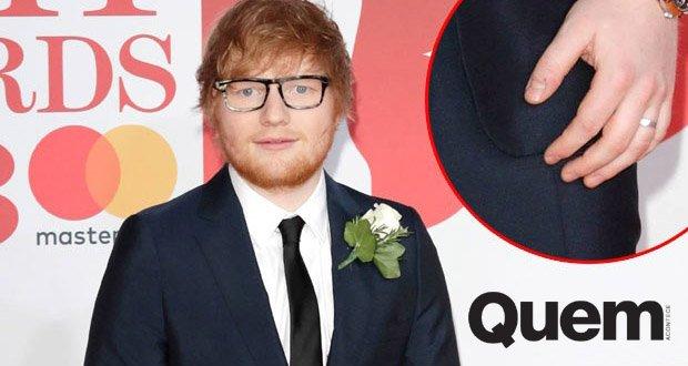 Rumores. Foto do site da Quem Acontece que mostra Ed Sheeran exibe aliança e reforça rumores de que teria se casado em segredo