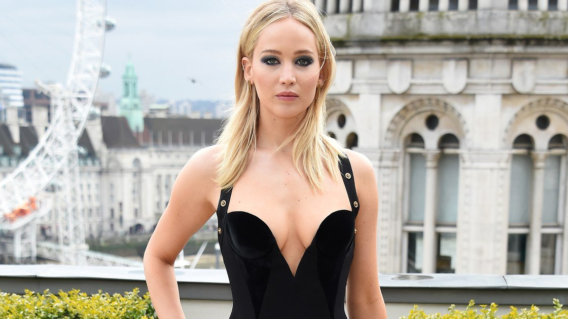 "Jennifer Lawrence Calls Out ""Sexist"" Debate Over Her Versace Dress https://t.co/AooSJlbXFU https://t.co/4S7XWsC2Yr"