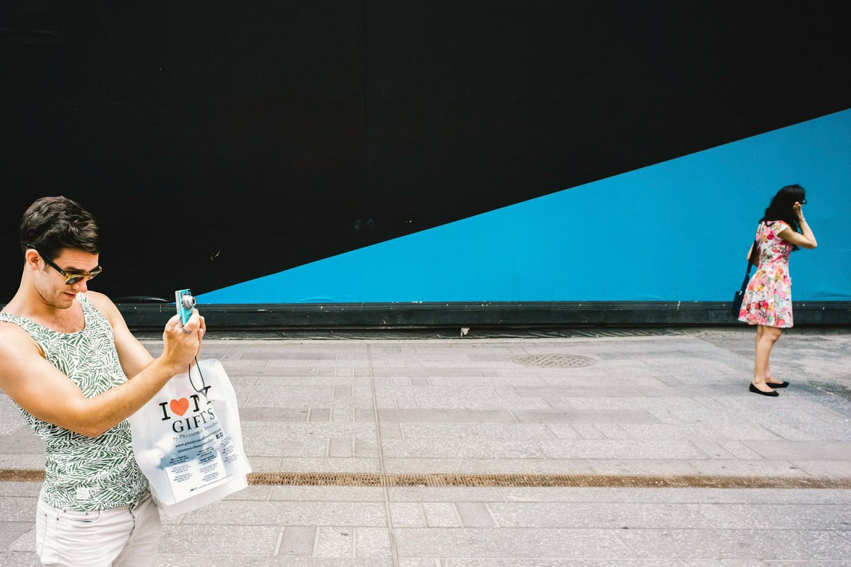 """This Street Photographer is All About the """"Photo Wait"""" https://t.co/GeUDdSYdY6 https://t.co/974pTojm2l"""