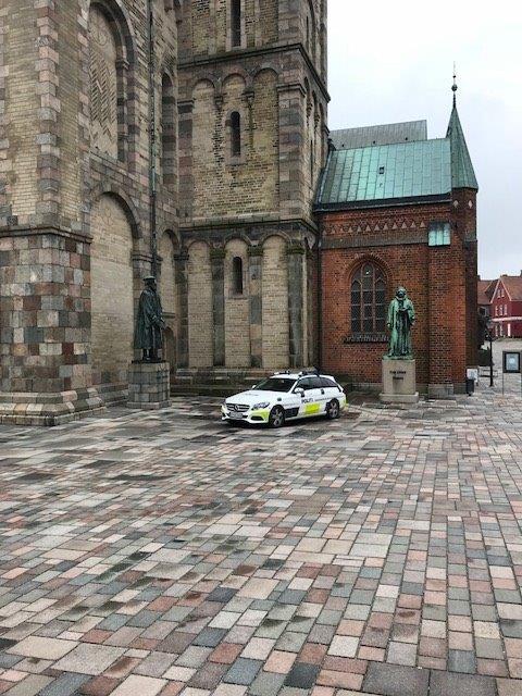 Patrulje henter inspiration ved Ribe Domkirke. Alt ånder fred og idyl i Ribe midtby. #politidk https://t.co/YFF1OXkTS5