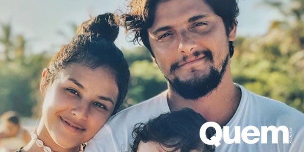 Lado Bruno. Foto do site da Quem Acontece que mostra Bruno Gissoni posta foto ao lado da filha e de Yanna Lavigne