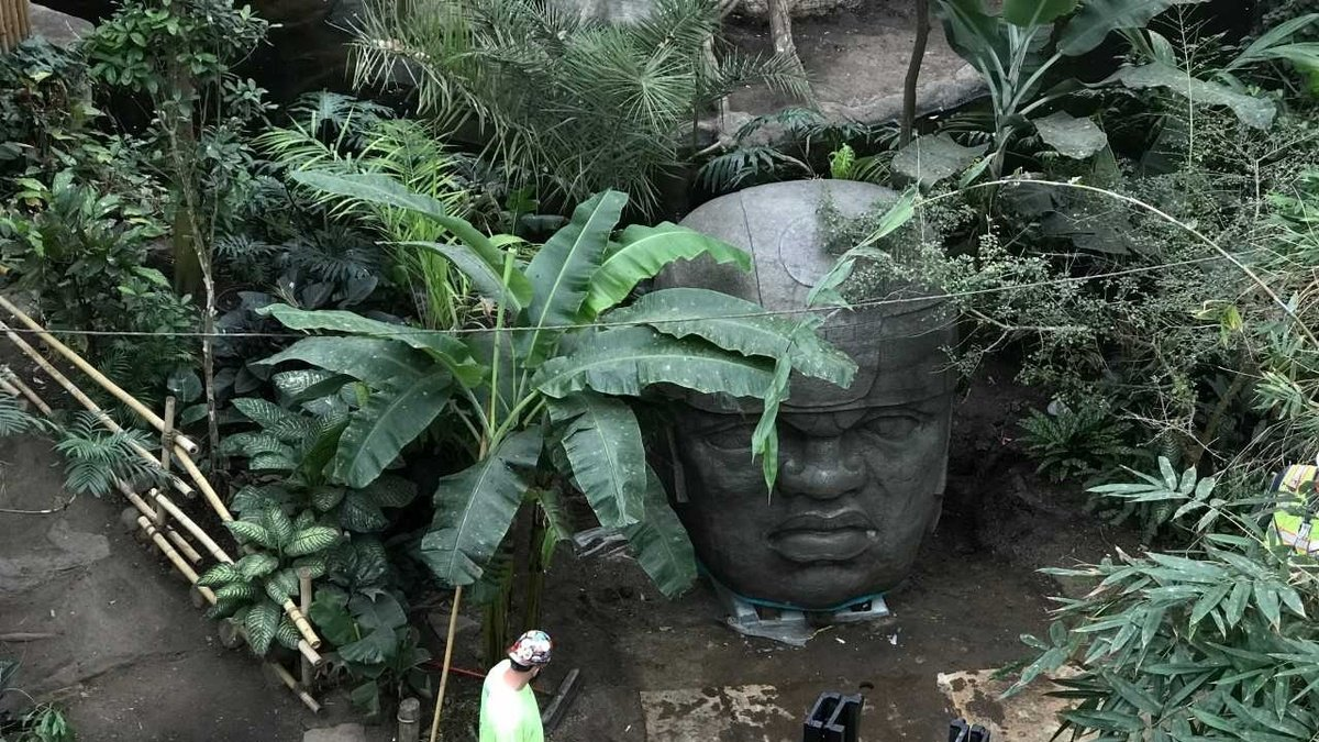 New statue turning heads at Omaha zoo