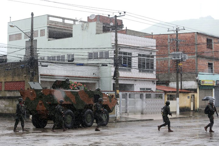 @BroadcastImagem: Tropas federais durante operação na favela da Vila Kennedy, na zona oeste do Rio. Wilton Júnior/Estadão