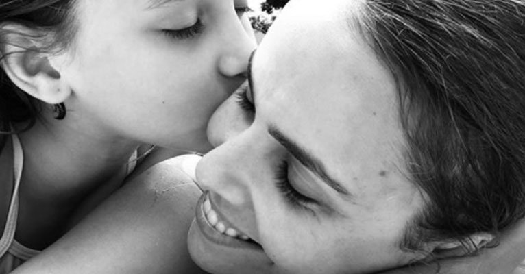Debora Falabella. Foto do site da Caras Brasil que mostra Débora Falabella completa 39 anos e ganha o carinho da filha, Nina