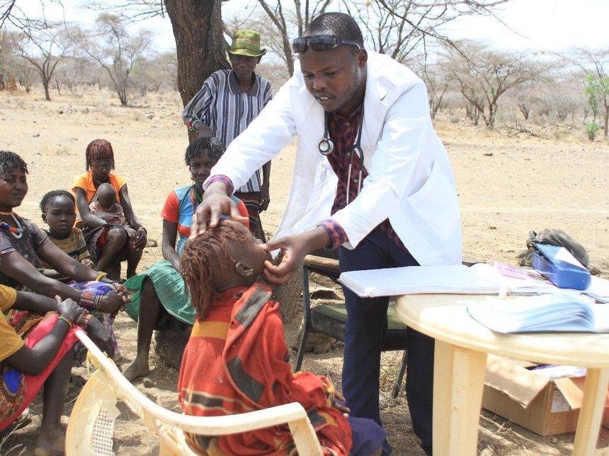 Hero nurse treats patients alone under trees in Tiaty