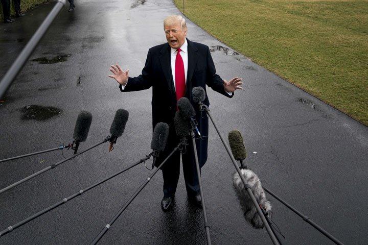 @BroadcastImagem: Donald Trump conversa com jornalistas nos jardins da Casa Branca, em Washington. Andrew Harnik/AP