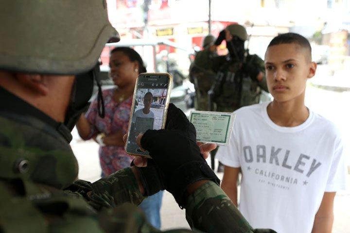 @BroadcastImagem: Soldados do Exército fotografam moradores da favela da Vila Kennedy, na zona oeste do Rio. Wilton Jr/Estadão