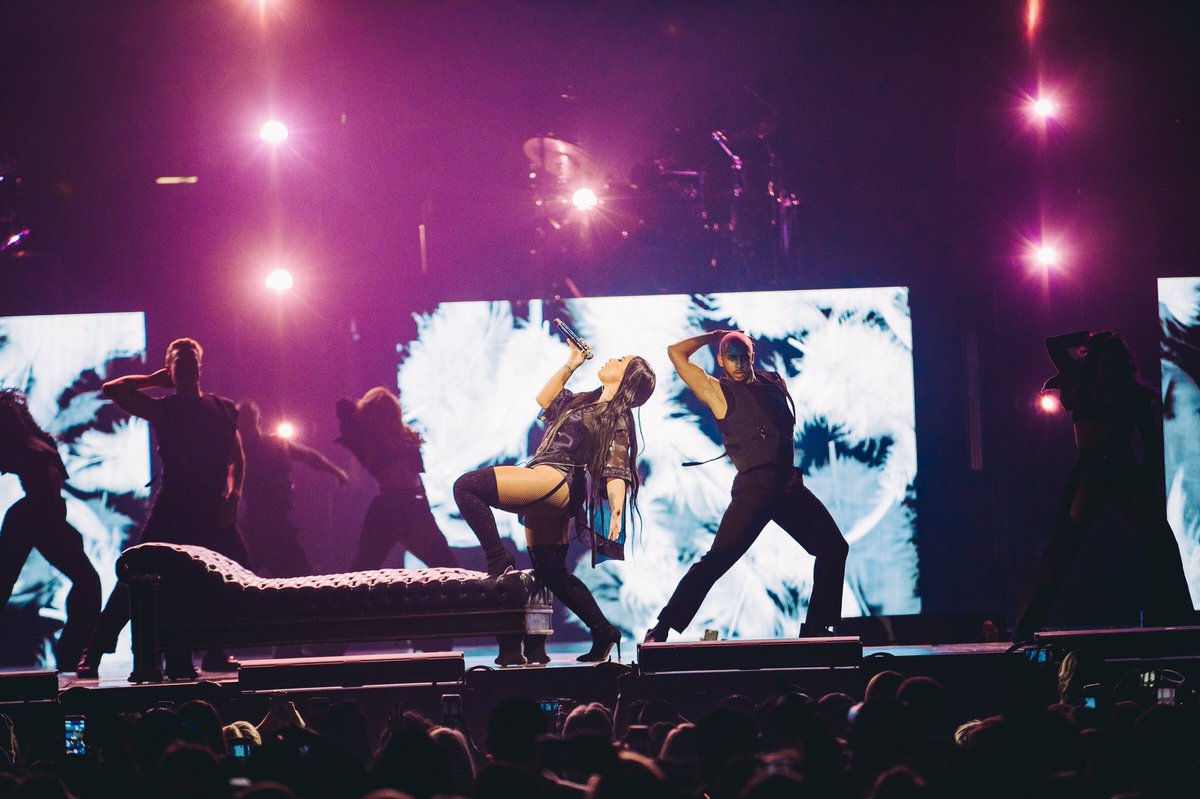 Love you Chicago!! You guys were incredible last night ???? #tellmeyoulovemetour https://t.co/ZtVqNbAHRF