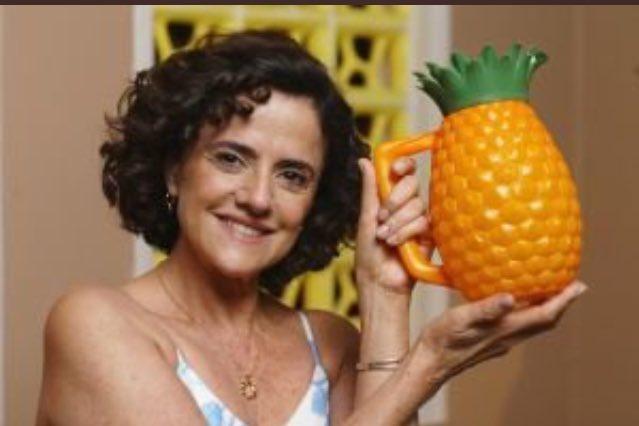 Quem diria que a senhora da jarra de abacaxi se tornaria um monstro #OOutroLadoDoParaiso https://t.co/PaZ8D0Q6Ey