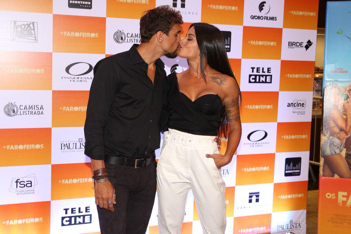 Felipe Roque. Foto do site da Tititi que mostra Aline Riscado ganha beijão de Felipe Roque em préestreia de Os Farofeiros, em Sampa