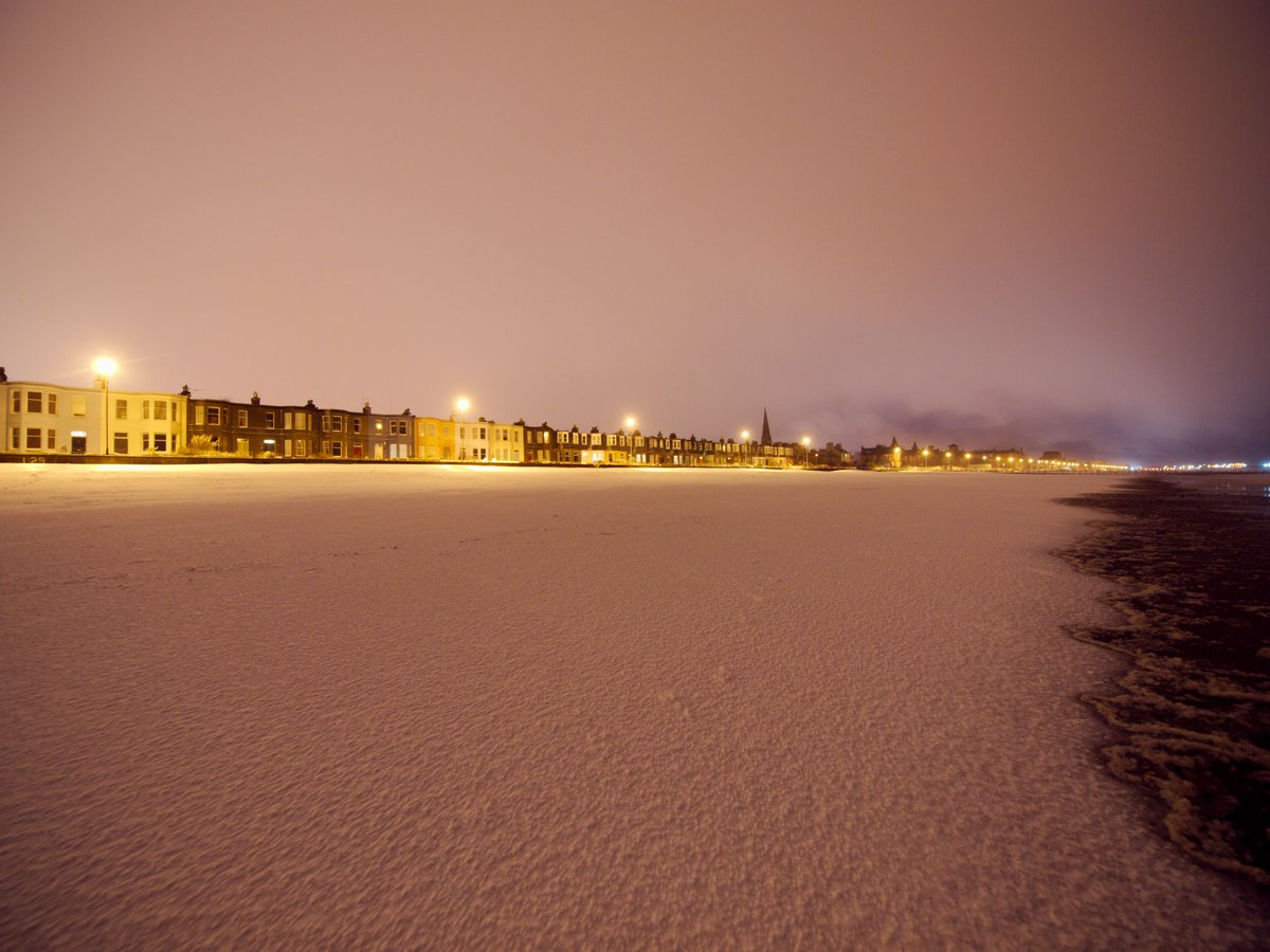 RT @talkporty: And a few more from Portobello Beach last night #edinburgh #uksnow - eerie light! https://t.co/rgy4eqVeyZ