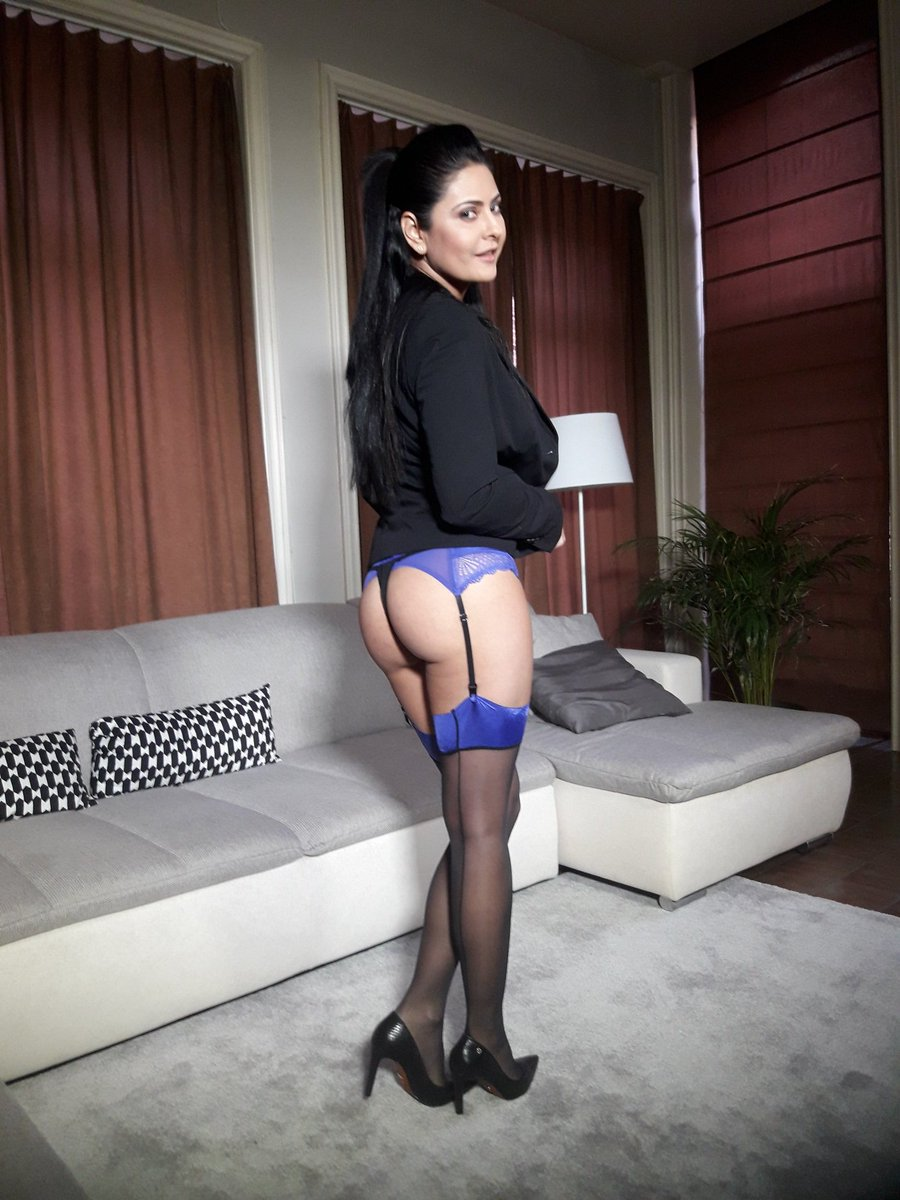 4 pic. My live show starts in 35 minutes! Be online on dMpcKPBniK RJX9HQdw