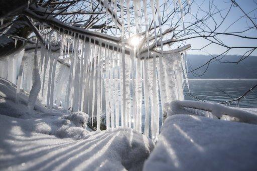 Snow, high winds paralyze European airports, claim lives