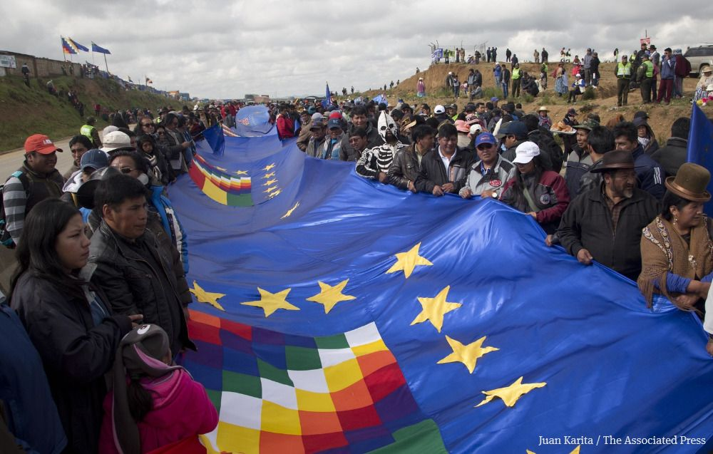Bolivians stretch vast flag in demand for sea outlet