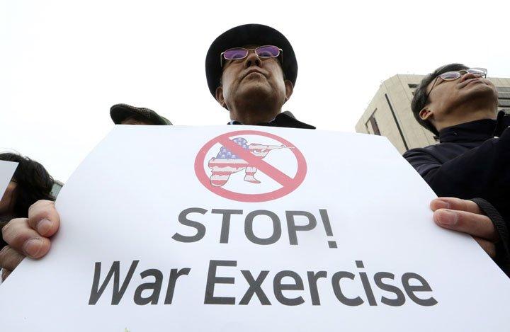@BroadcastImagem: Protesto em Seul contra a retomada dos exercícios militares entre EUA e Coreia do Sul. Ahn Young-joon/AP