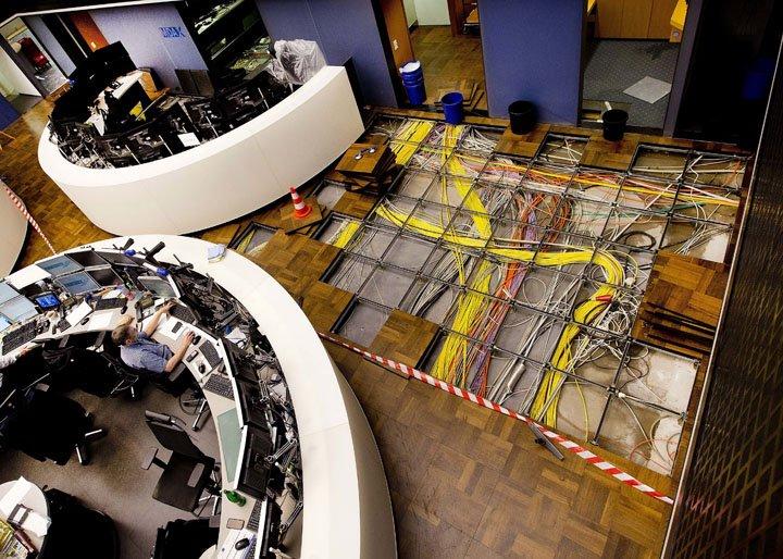 @BroadcastImagem: Cano estoura em sala de negociação da Bolsa de Valores de Frankfurt, na Alemanha. Michael Probst/AP